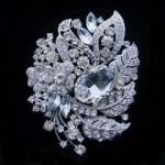 Брошь с кристаллом Сваровски способна подчеркнуть индивидуальность Вашего наряда